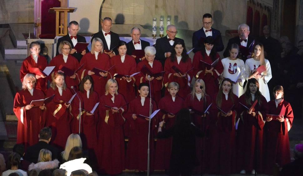 Film do artykułu: Koncert muzyki chóralnej w Ostrowcu. Wystąpiło wspólnie kilkanaście chórów [ZDJĘCIA, WIDEO]