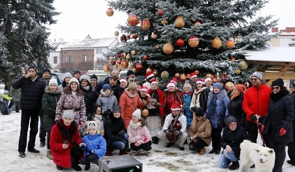 Film do artykułu: Wspólne ubieranie choinki na staszowskim rynku z bliska. Dzieci i dorośli ozdobili drzewo [FOTORELACJA]