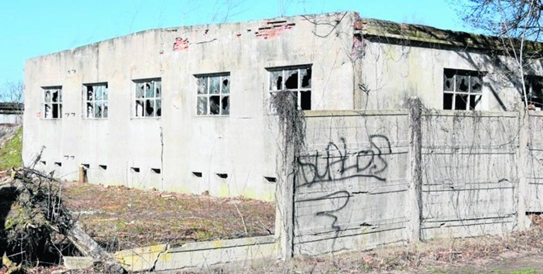 Już niedługo kilka starych wojskowych budynków ma być rozebranych, a cała działka wyczyszczona