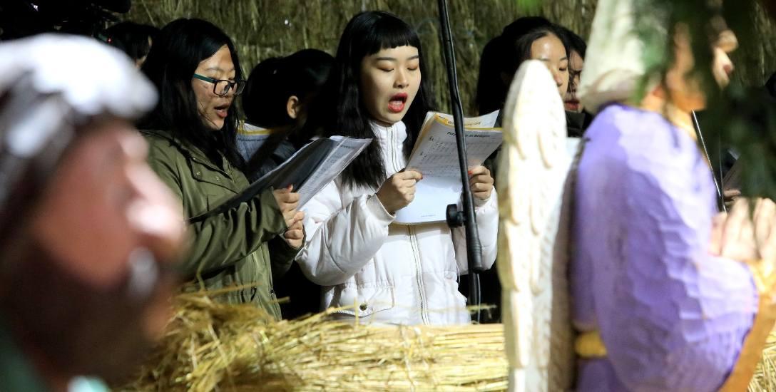 Studentki polonistyki z Chin śpiewają kolędy na UMK w Toruniu