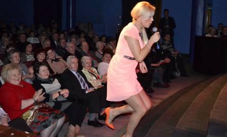 W drugiej części koncertu Teresa Werner wystąpiła w eleganckiej sukience nad kolana.