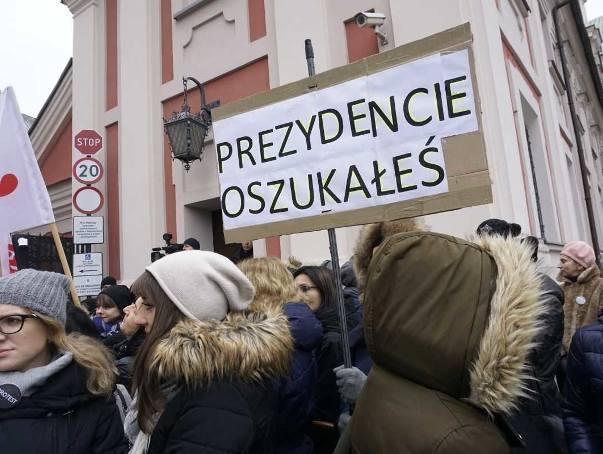 W Dzień Pracownika Socjalnego zatrudnieni w Miejskim Ośrodku Pomocy Rodzinie w Poznaniu, asystenci rodzin, koordynatorzy protestowali pod siedzibą urzędu