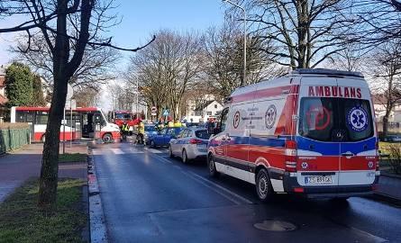 Niecodzienny wypadek w Białogardzie: osobowy volkswagen golf zderzył się z autobusem komunikacji miejskiej. Pasażerka volkswagena została zabrana do