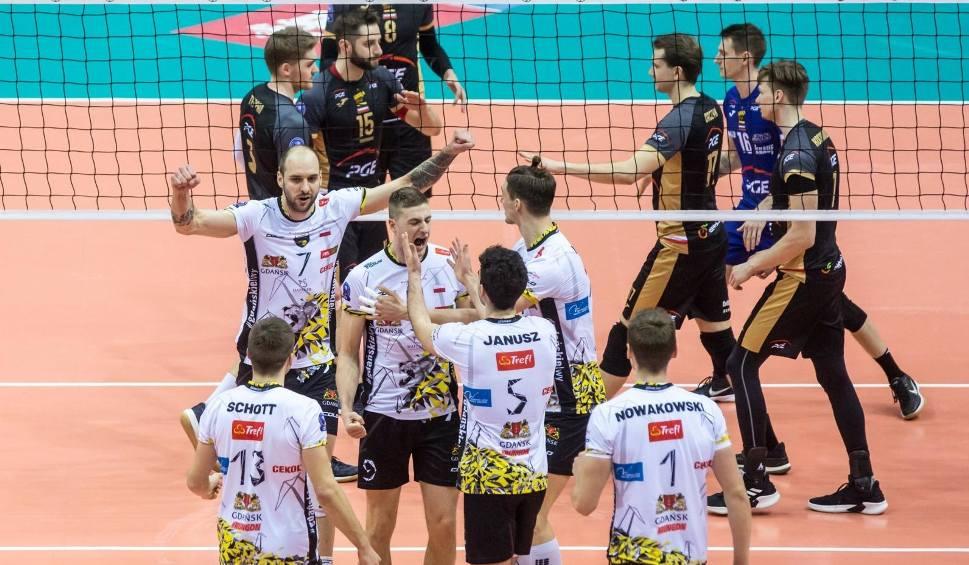 Film do artykułu: Trefl Gdańsk - PGE Skra Bełchatów. Gdańscy siatkarze w Lidze Mistrzów wygrywali już 2:0, ale Skra doprowadziła do remisu i nerwowej końcówki