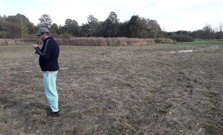- Trawy z tej łąki nie da się już podać zwierzętom jako paszy - mówi Benedykt Lachowski.
