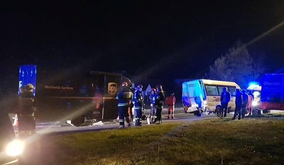 Film do artykułu: Kierowca w szpitalu po dachowaniu we Frydrychowicach. W Wieprzu zderzenie busa z samochodem dostawczym, na szczęście nikt nie ucierpiał
