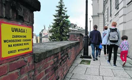 Zamek Sułkowskich ze swoimi tarasami to jedna z atrakcji miasta. Ale mur zamku jest w złym stanie i czeka na remont. Wprowadzono zakaz siadania na m