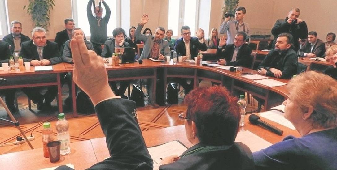Burmistrz Mateusz Klinowski i jego zwolennicy mają przewagą w radzie, bo głos przewodniczącego Roberta Malika (w środku) liczy się podwójnie