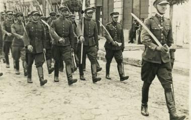 Jan Marcinkowski prowadzi swój Oddział Związku Strzeleckiego ŁuckZamek ulicą Jagiellońską.