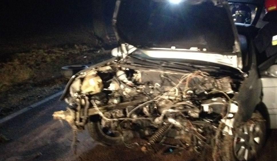 Film do artykułu: Wypadek w Moskorzewie. Silne uderzenie w drzewo, z pojazdu wypadł silnik