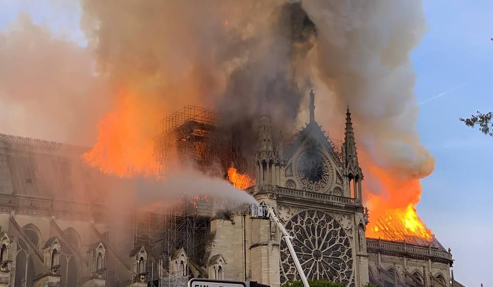 Film do artykułu: Francja: Pożar katedry Notre Dame w Paryżu NA ŻYWO [ZDJĘCIA Z WNĘTRZA] Spłonął dach katedry ZNISZCZENIA Katedra zostanie odbudowana