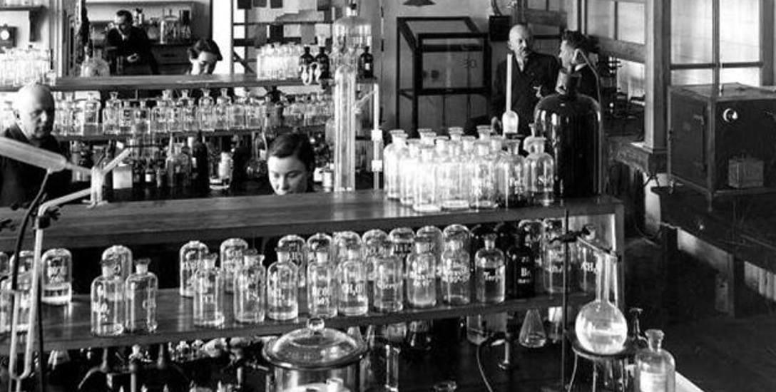 Instytut Bakteriologiczny w Krakowie - w roku 1942, czyli pod kontrolą Niemców. Pracownik sporządza pożywkę dla bakterii