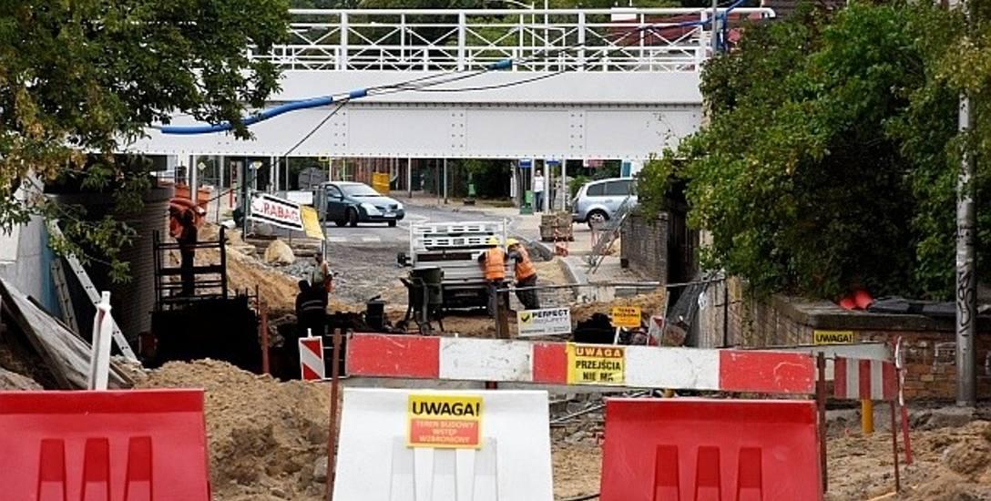 Prace remontowe na ulicy Batorego idą pełną parą, niezależnie od robót na wiadukcie kolejowym