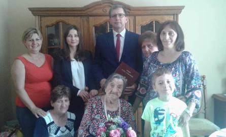 Marianna Łopacińska  w otoczeniu  niewielkiej grupy najbliższych i burmistrza Dariusza Witczaka.  Jej rodzina jest bardzo liczna. Jubilatka   doczekała