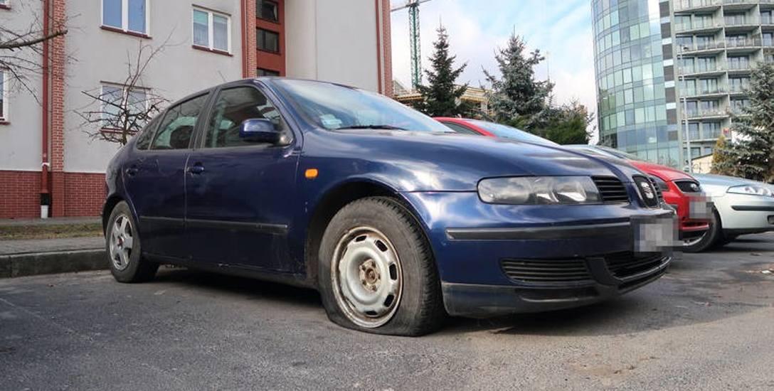Samochód z poprzebijanymi oponami na Cegielnianej w Rzeszowie.