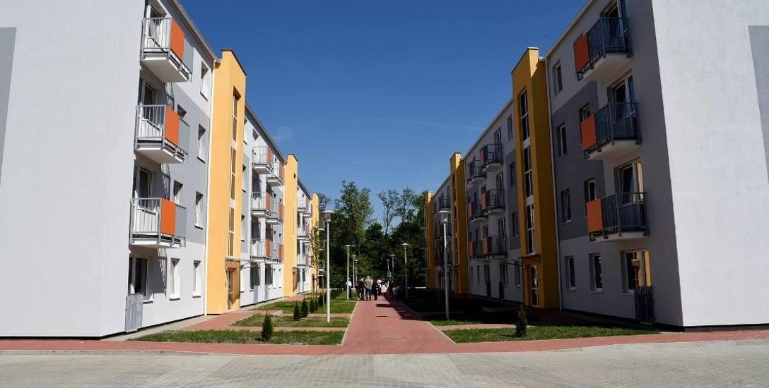 Mieszkania komunalne w budynkach wielorodzinnych przy ul. abp. Walentego Dymka - znalazły tu dach nad głową dziewięćdziesiąt cztery rodziny