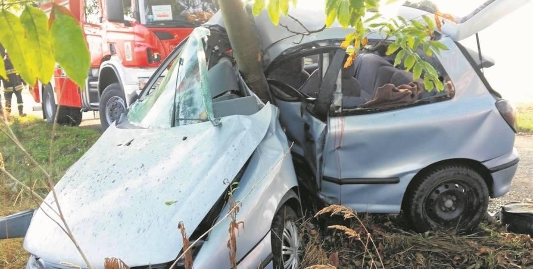Drogi z zadrzewionymi poboczami nie wybaczają błędów kierowcom. Zderzenie nawet z niewielkim drzewem najczęściej jest tragiczne w skutkach.