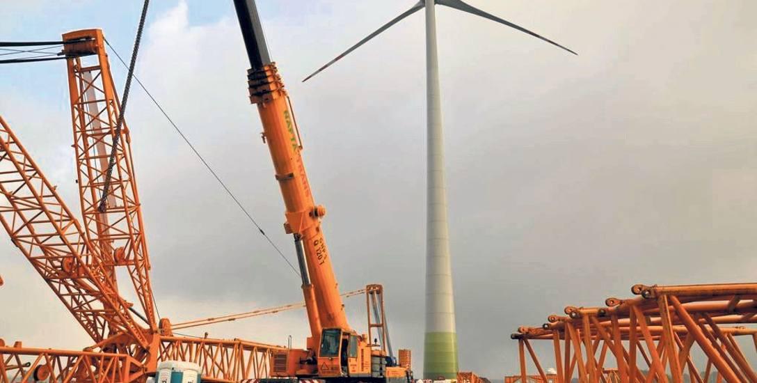 Rok 2014, budowa pierwszej siłowni wiatrowej w Knykach koło Barwic. Kolejna stanęła w pobliżu Starego Chwalimia, a teraz pojawi się kilkanaście nowy