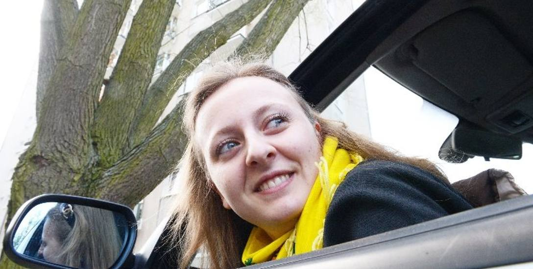 Agnieszka Łukaszewska: - Po wycięciu wierzby będzie tu znacznie bezpieczniej. Przestanie zapychać się też kanalizacja.