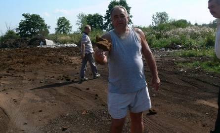 To jest gąbka z filtrów kominowych, bardzo niebezpieczny odpad - pokazuje radny Józef Chmielowiec.