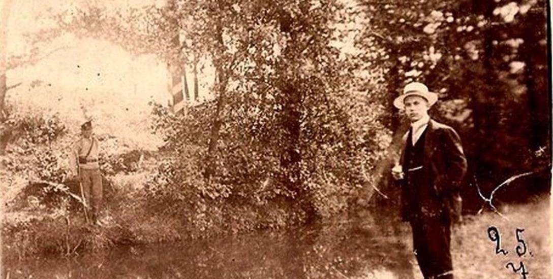 Paul Rodewald z Gorzowa Śląskiego nad granicą. Na drugim brzegu Prosny widać rosyjskiego pogranicznika