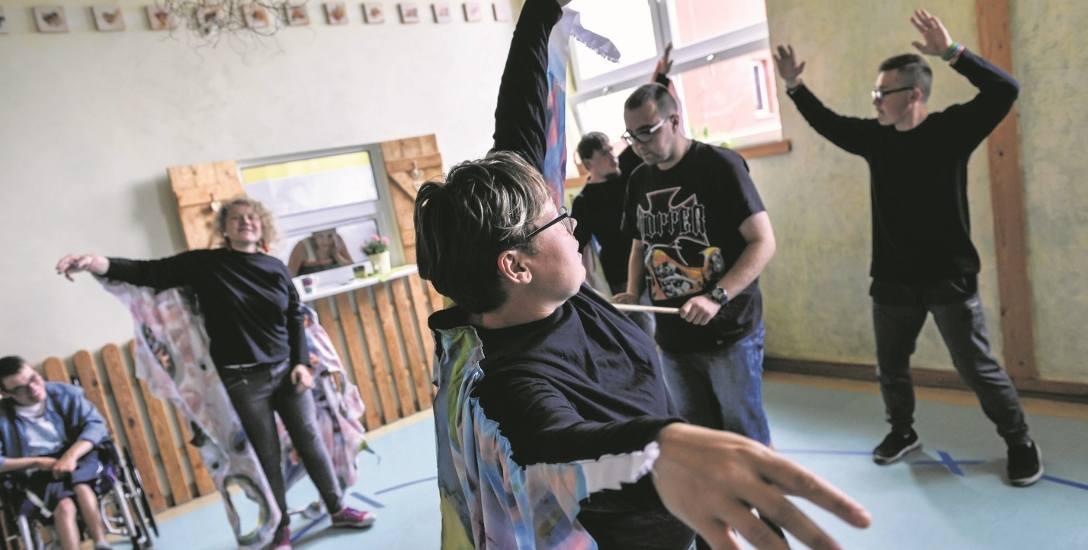Co dziesiąta osoba w Polsce jest niepełnosprawna. Warsztaty terapii zajęciowej są potrzebne, ale brakuje na nie pieniędzy [reportaż]