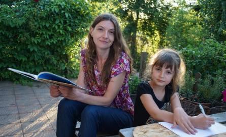 Jolanta Adamska cieszy się, że mogła zdecydować o tym, czy posłać swoją sześcioletnią córkę Ninę do szkoły czy pozostawić ją na kolejny rok w zerówce.