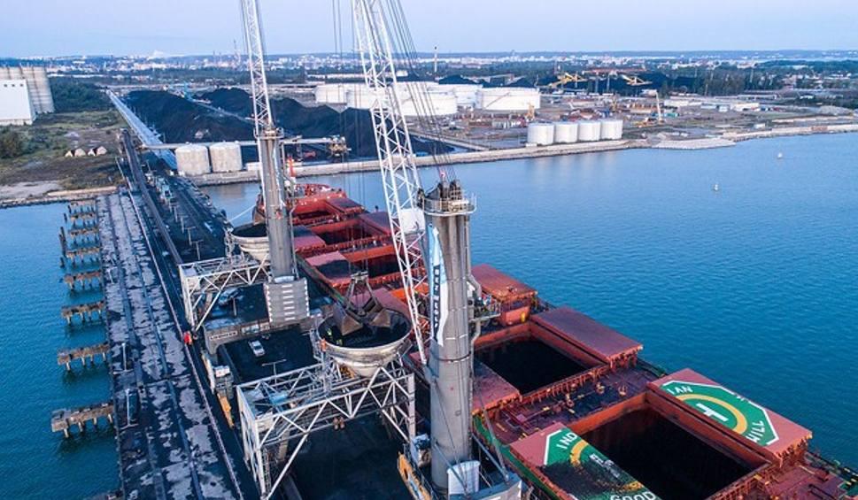 Film do artykułu: Greenpeace zablokował transport węgla płynący do Gdańska i dźwigi w porcie. Chce zwrócić uwagę rządu na problem niszczenia klimatu