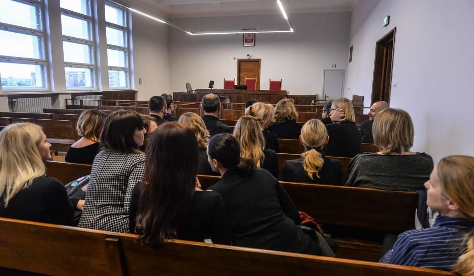 Film do artykułu: Wiceminister sprawiedliwości Łukasz Piebiak pojawił się w Gdyni by przedstawić prezes sądu. Sędziowie zaprotestowali... milcząc