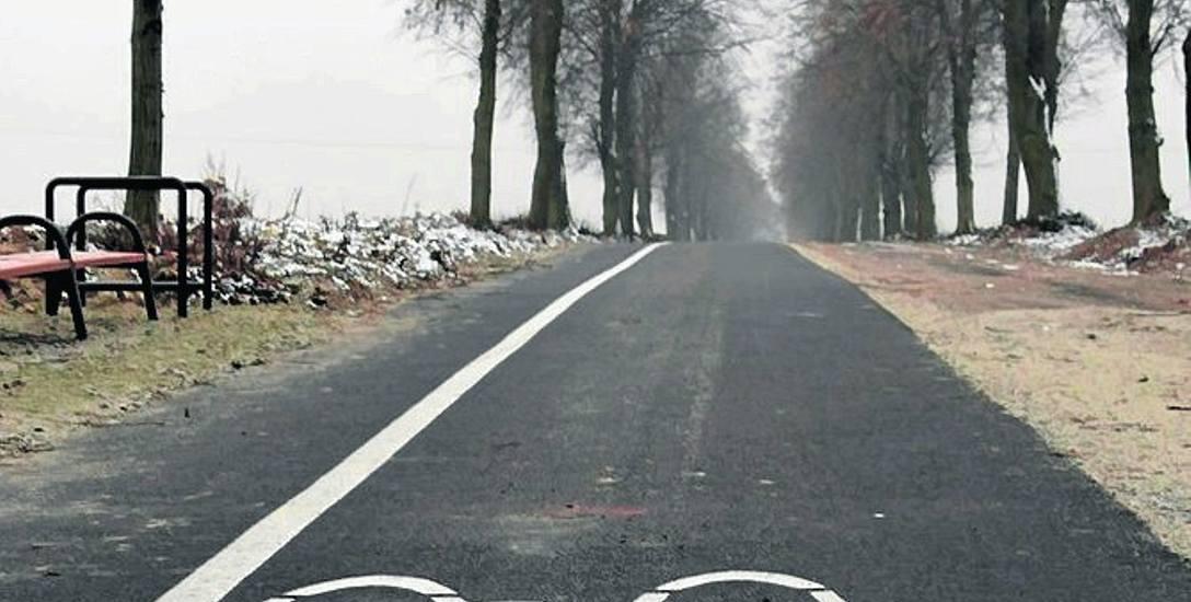 Nowo wybudowana ścieżka w Kochłowicach kolo Byczyny. Na lewo dla rowerzystów, a na prawo dla kombajnistów.