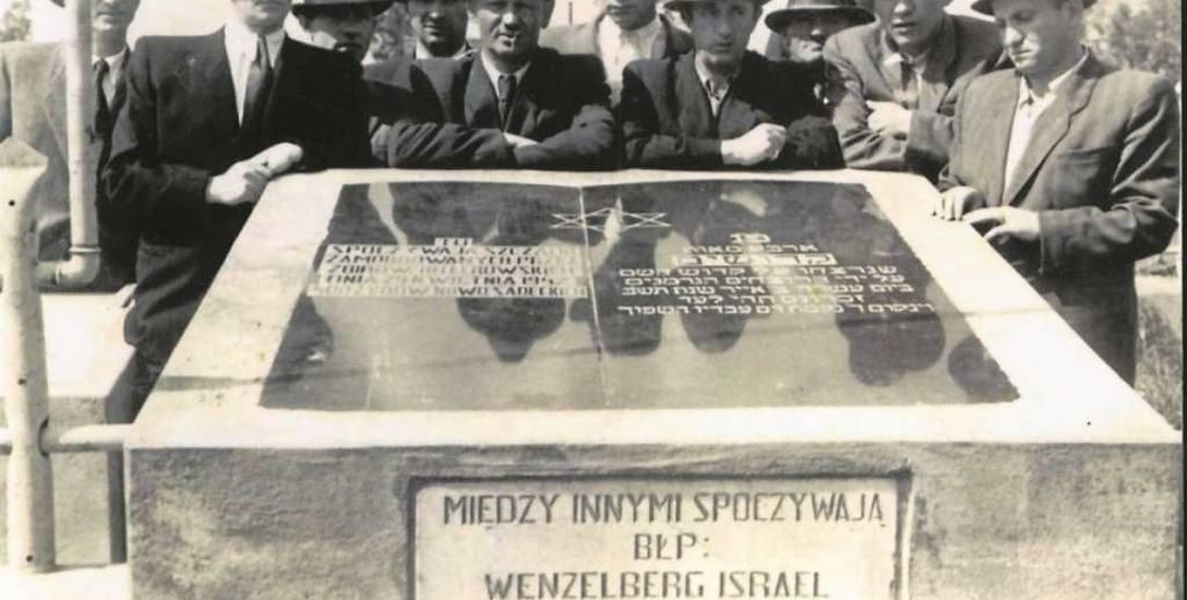 Odsłonięcie grobu rozstrzelanych a cmentarzu żydowskim w 1946 roku. Fotografia pochodzi z  archiwum Sądeckiego Sztetlu