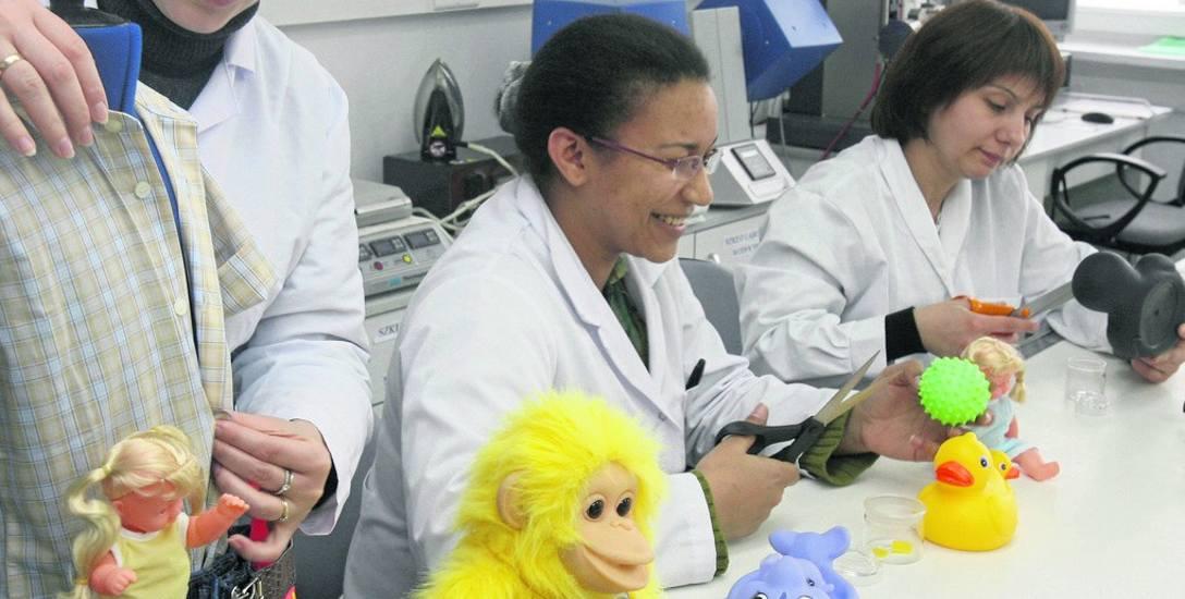 Specjaliści z Laboratorium Urzędu Ochrony Konkurencji i Konsumenta w Łodzi wykonują na bieżąco badania próbek wyrobów przeznaczonych dla dzieci, między
