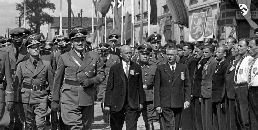 Gubernator Hans Frank przechodzi przed oddziałem ochotników SS Galizien we Lwowie, 1943 rok.