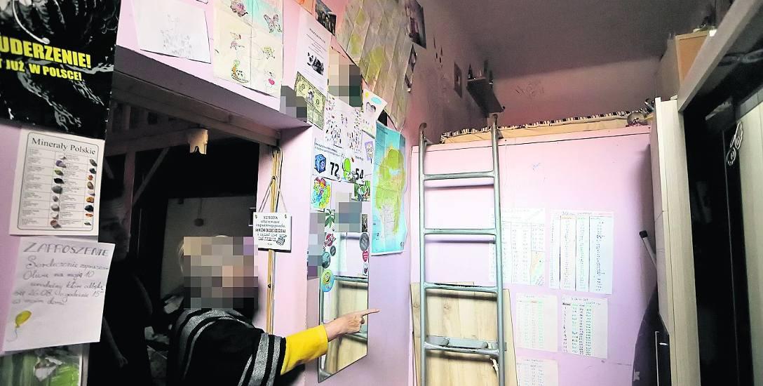 Pani Jolanta pokazuje jak mieszka Ania. Jej pokój to antresola nad łazienką. Dziewczynka bardzo źle znosi pobyt w miejscu tragedii