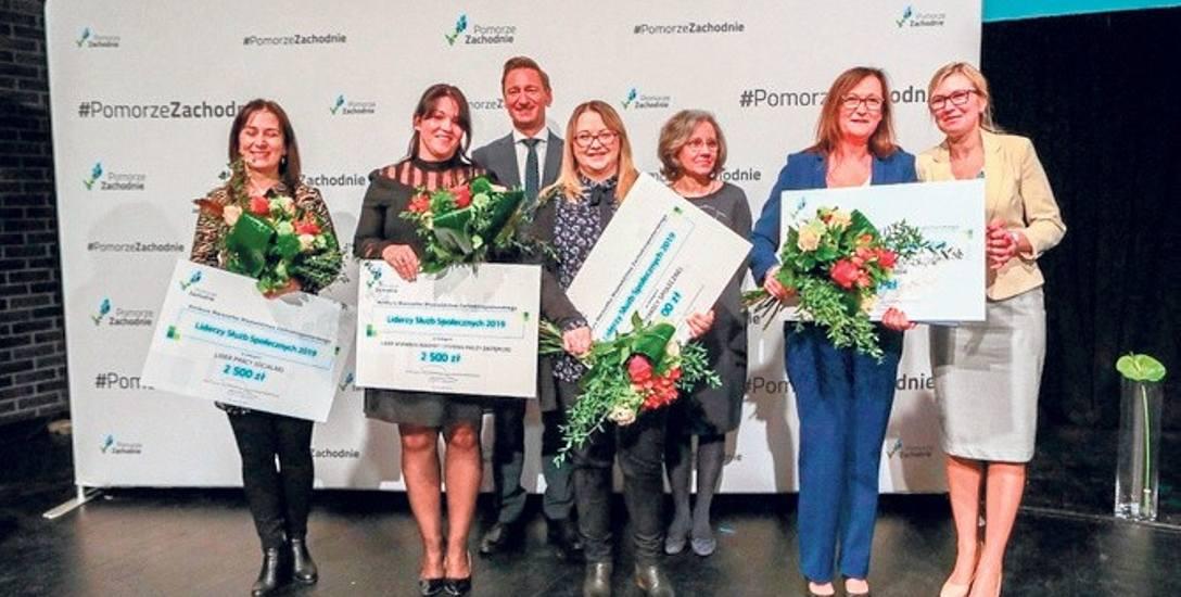 Nagrody wręczali marszałek Olgierd Geblewicz oraz członkini zarządu Anna Bańkowska