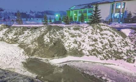 Nad potokiem Kryniczanka przy ul. Krótkiej leżą hałdy brudnego śniegu. Mieszkańcy obawiają się, że sól i inne drogowe zanieczyszczenia doprowadzą do