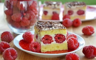 """Ciasto z malinami na biszkopcie z mascarpone """"malinowy puszek""""."""