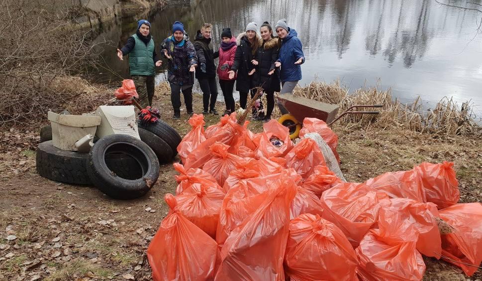 Film do artykułu: #TrashChallenge w wykonaniu Młodzieżowej Rady Miejskiej z Szydłowca. Zebrali 37 worków śmieci