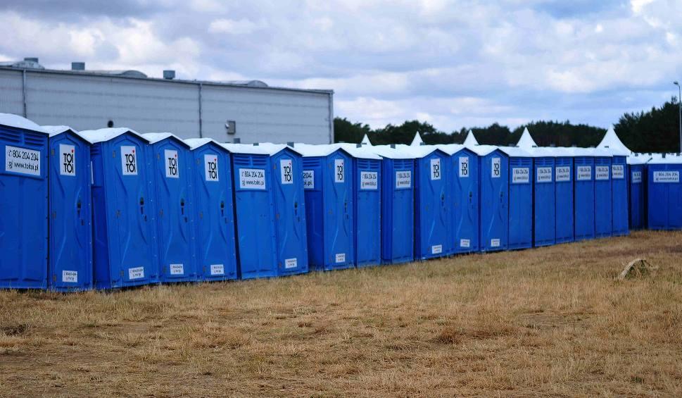 Film do artykułu: PolAndRock Festiwal 2019. Na polu w Kostrzynie są już dziesiątki przenośnych toalet, kontenerów i ogrodzenia. Podłączono też wodę