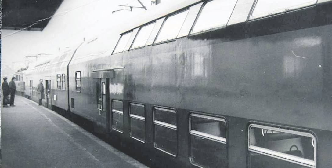 Zestawiony z wagonów piętrowych pociąg na dworcu w Katowicach w marcu 1989 roku