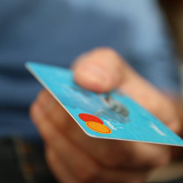 Kartą możesz nie zapłacić. W ten weekend czekają nas utrudnienia w największych bankach w Polsce. W których?