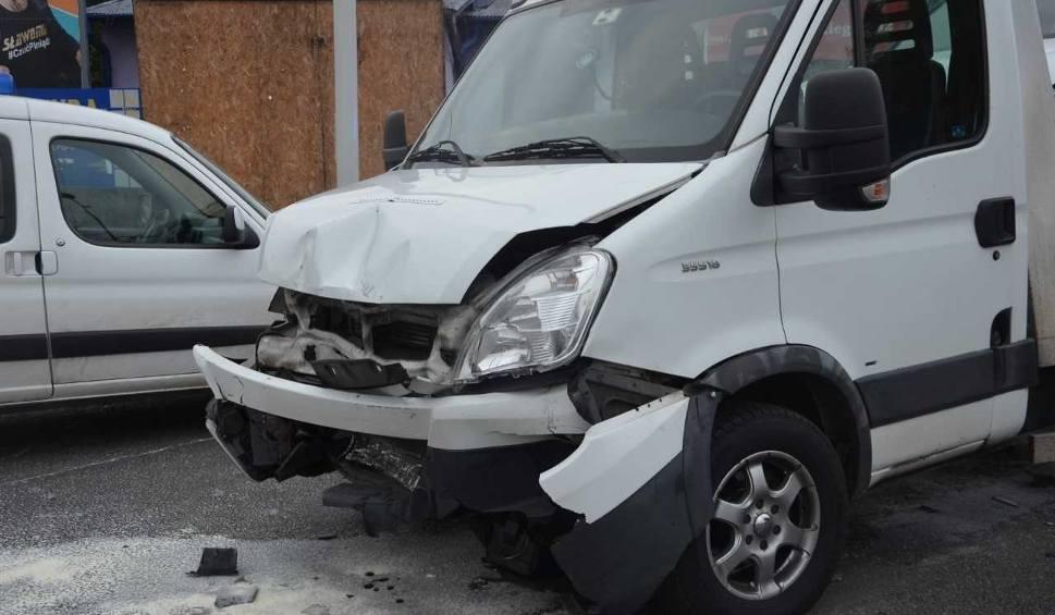 Film do artykułu: Wypadek w Olkuszu. Laweta przewożąca samochody najechała na auto osobowe, dwie osoby ranne