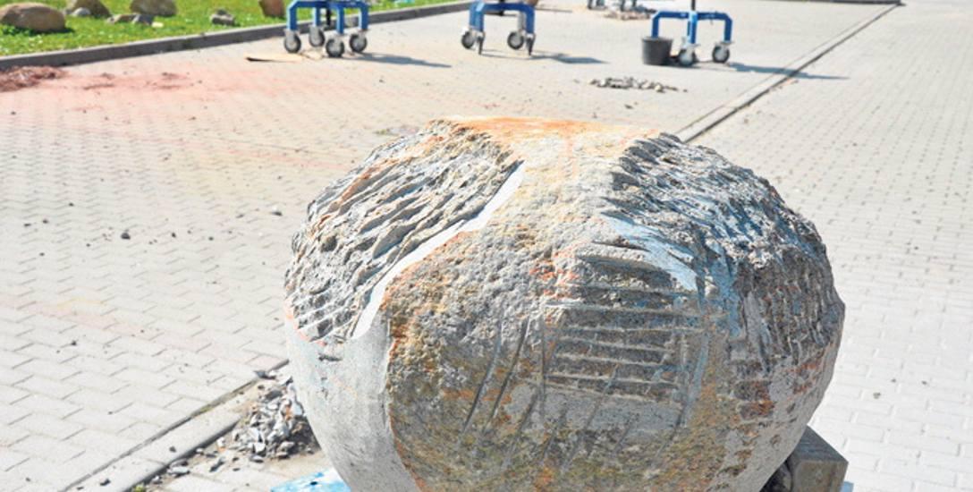 Rzeźbiarze samodzielnie wybierali dla siebie kamienie z terenu żwirowni w Łączynie