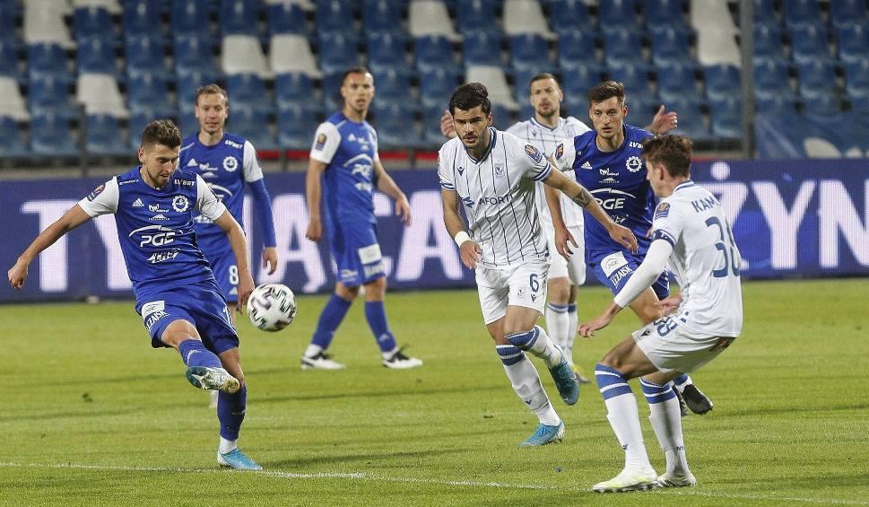 Film do artykułu: Fortuna 1 liga. Historia zatoczyła koło. PGE Stal Mielec znów jedzie do Legnicy. To tam piłkarze dowiedzieli się o zawieszeniu sezonu