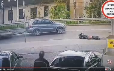 Kadr z monitoringu tuż po wypadku w Jarosławiu. Przez prawie pół minuty ranny motocyklista leżał na drodze, ominęły go cztery samochody, nim nadeszła