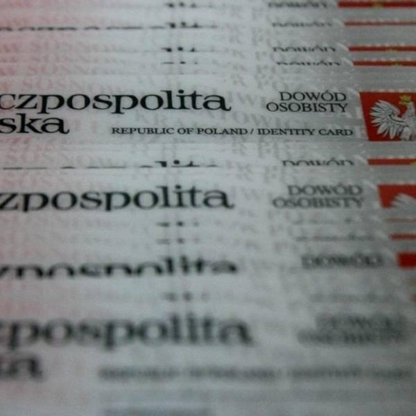 Nowy dowód osobisty 2019. Od 4 marca Polacy mogą składać wniosku o e-dowód osobisty. Nowy dokument jest wyposażony w czip - informuje Marek Zagórski,
