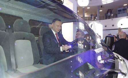 Prezydent Andrzej Duda za kierownicą polskiego elektrycznego samochodu dostawczego