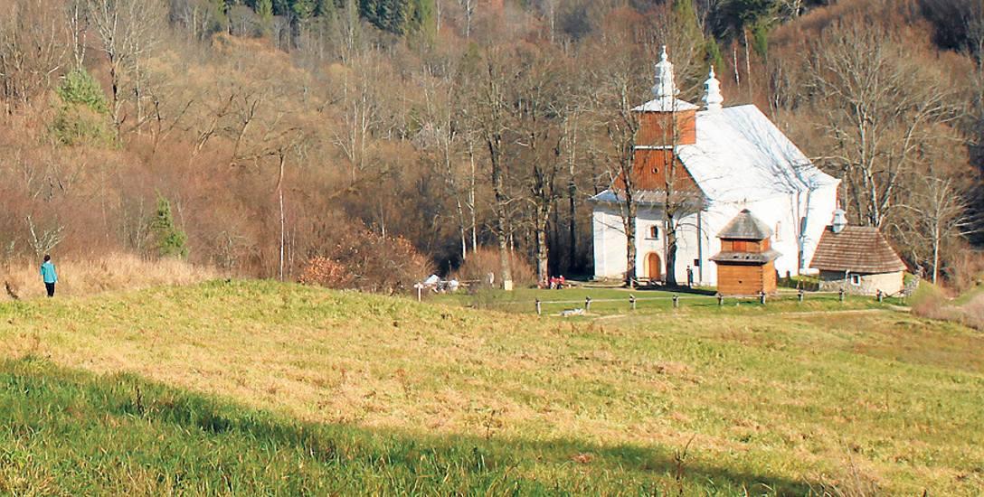 Łopienka, widok współczesny z odrestaurowaną głównie przez Towarzystwo Karpackie cerkwią