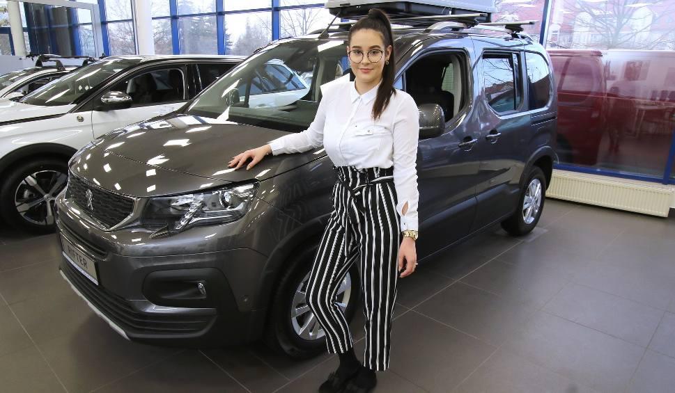 Film do artykułu: Peugeot Rifter - trzecia generacja kombiwana dla rodziny i do pracy. Zobacz jak się zmienił dawny Partner  (ZDJĘCIA)