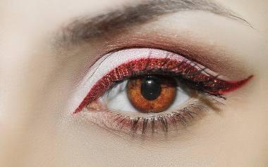 """Najmodniejszy w 2021 roku makijaż brwi to tzw. """"no brows"""". Stylizacje i inspiracje znajdziesz w naszej galerii.Obejrzyj pomysły na"""